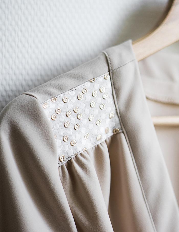 Detail de l'epaule de la robe porte-feuille Valentine Aurore Gwladys